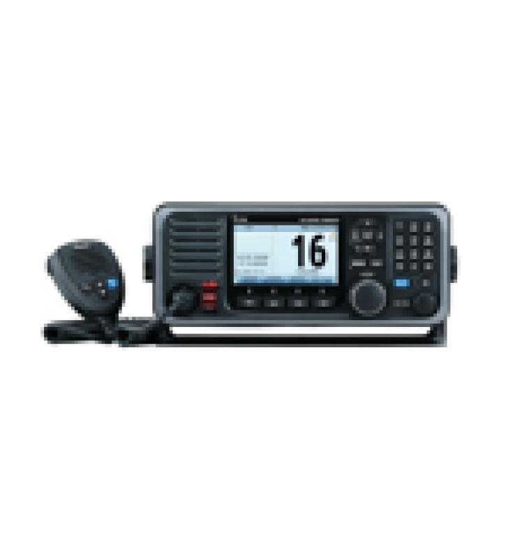 RADIO MOVIL MARINO EN BANDA DE VHF, RX: 156.025-162.000, TX: 156.025-161.600 MHZ, CUMPLE CON GMDSS BAJO EL REQUERIMIENTO DE SOLAS, PANTALLA DE 4.3 PULGADAS.INCLUYE MICROFONO Y KIT DE MONTAJE.
