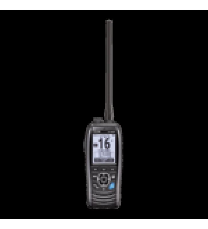 RADIO PORTATIL MARINO TX: 156.025-157.425 MHZ RX: 156.050-163.275 MHZ, OPERA EN CANALES INT, USA, CAN, WX, CUENTA CON GPS INTERCONSTRUIDO: INCLUYE ANTENA, BATERIA, CARGADOR, CABLE DE ENCENDEDOR Y CLIP.